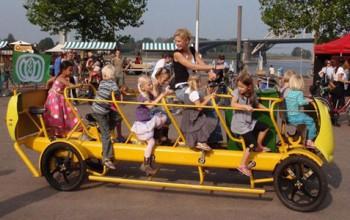 Dal piedibus al ciclobus: i bambini che in Olanda pedalano il loro bus scolastico
