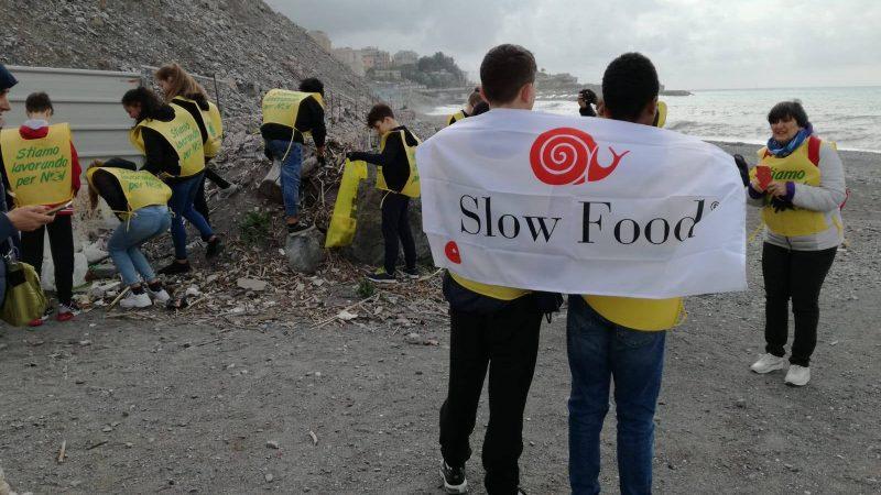 Operazione spiaggia pulita: Slow Food e Legambiente insieme per il futuro dei nostri ragazzi