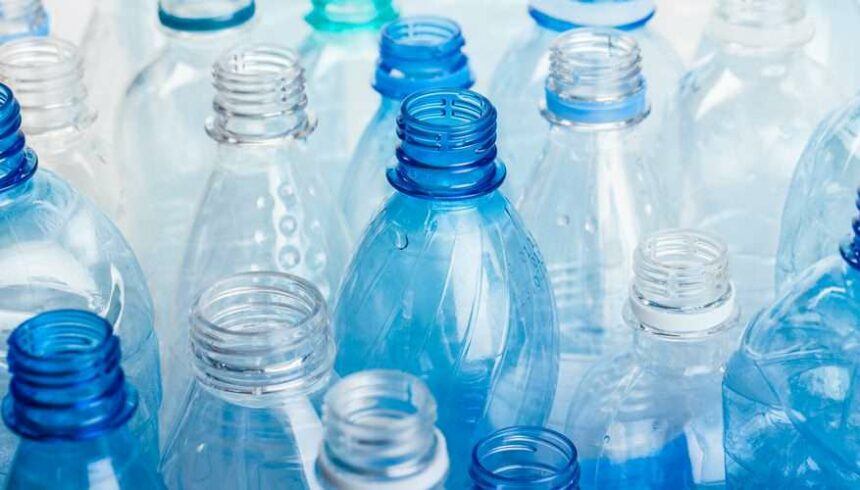 Finalmente anche in Italia sarà possibile produrre bottiglie in plastica 100% riciclata.